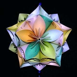 Ծաղիկներ գունավոր քառակուսի թղթերից։ Կուսուդամա